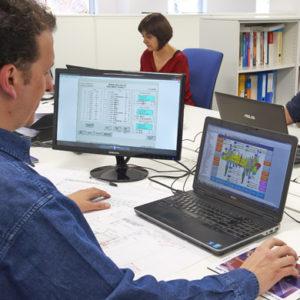 Desarrollo de software para todo tipo de aplicaciones: PLCs, interfaces, supervisión y control, comunicación industrial, robots industriales, lenguajes de alto nivel.