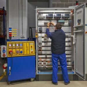 fabricación en talleres propios de armarios eléctricos de control con PLC, para integración de PCs, displays de producción